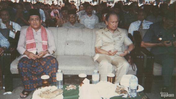 Pengasuh ke 3, Almarhum KH. Abdul Wahid Zaini bersama Bapak Presiden BJ Habibie saat berkunjung ke PP. Nurul Jadid
