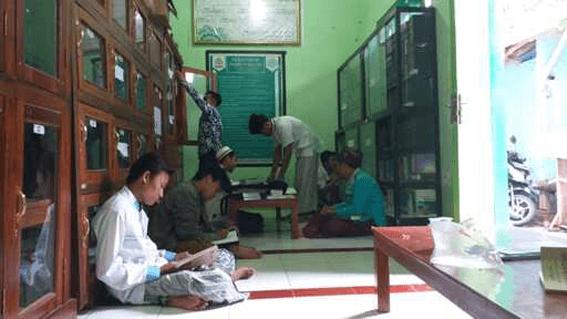 Tampak para santri sedang membaca kitab di Perpustakaan Ma'had Aly