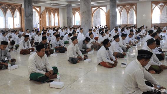 Tampak para pengurus, karyawan, dan dosen memadati lantai 1 Masjid Jami' Nurul Jadid dalam acara Doa Bersama dan Tausiyah Pengasuh