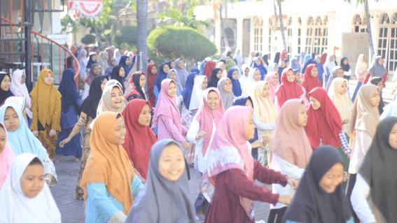 Para santri putri wilayah Al - Hasyimiyah saat Senam Pagi